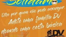 #pracegover Decrição da imagem: convite para campanha de solidariedade em fundo laranjado. Acima, #SejaSolidário , em letras azuis e amarelas, com rabisco azul e emoticon de uma pessoa cega usando máscara. No meio, em letras brancas: Olhe por quem não pode enxergar. Adote uma família DV doando uma cesta básica. Logomarca do DV na Trilha em preto e tons de laranja. Abaixo, em letras brancas sobre fundo azul rabiscado: Informações: Dayanne Timóteo, (061) 99225-3621. Conta Bradesco, agência 1059-6, conta corrente 9287-8, Dayanne Renata Timóteo da Silva, CPF 065.112.416-61 .