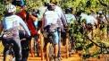 Imagem com diversas duplas do DV na Trilha, percorrendo trilha do Jardim Botânico de Brasília
